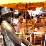 Fernando Pessoa junto ao café a Brasileira